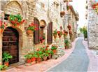 挂满鲜花的欧式城堡小巷图片