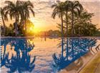 落日下偌大的游泳池高档图片