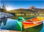 湖泊中静止的两只小船图片