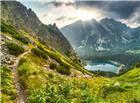 站在山腰上远望山脚下的小湖图片