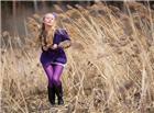 芦苇中紫色丝袜美女图片
