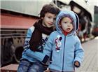 白净的外国两个宝宝兄弟合照图片