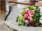 长椅上放着的一束鲜花图片