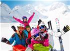 滑雪爱好者坐在雪地合影照片