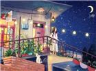夜晚在自己的楼房上面沉思的女孩