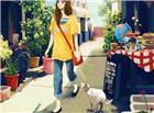 幽窄的城市巷子一个青春女孩正在闲逛