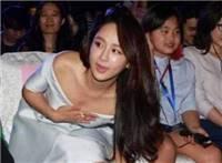杨紫穿着低胸晚礼服弯腰走光