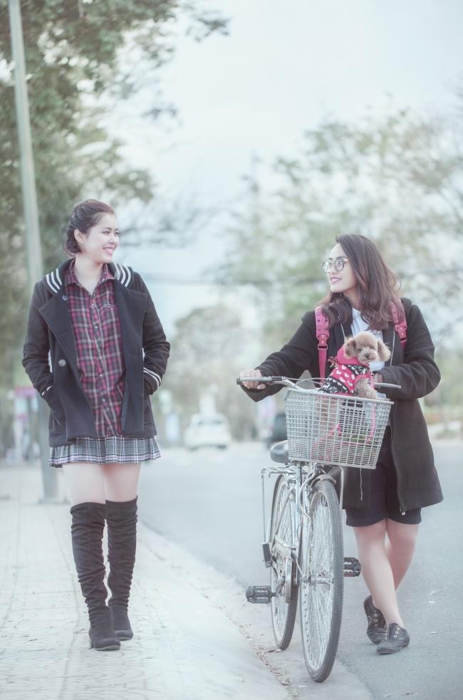 学士服美女骑单车图片(点击浏览下一张趣图)