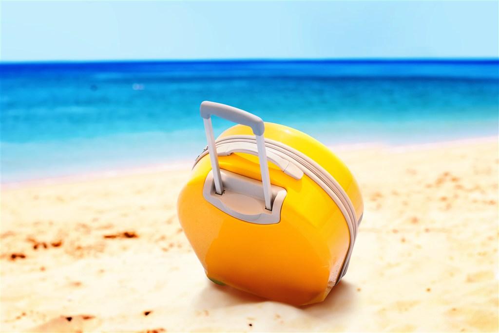 漂亮海边沙滩旅行箱唯美意境图片(点击浏览下一张趣图)