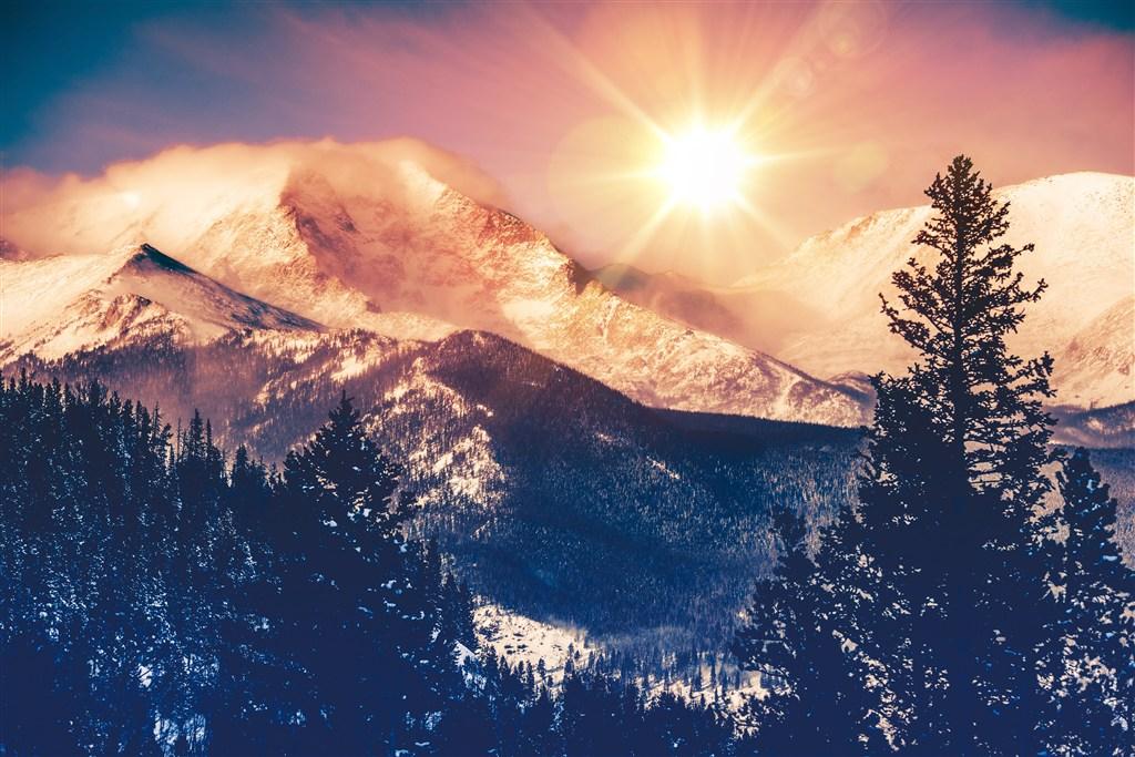 阳光下的雪山美景图片(点击浏览下一张趣图)