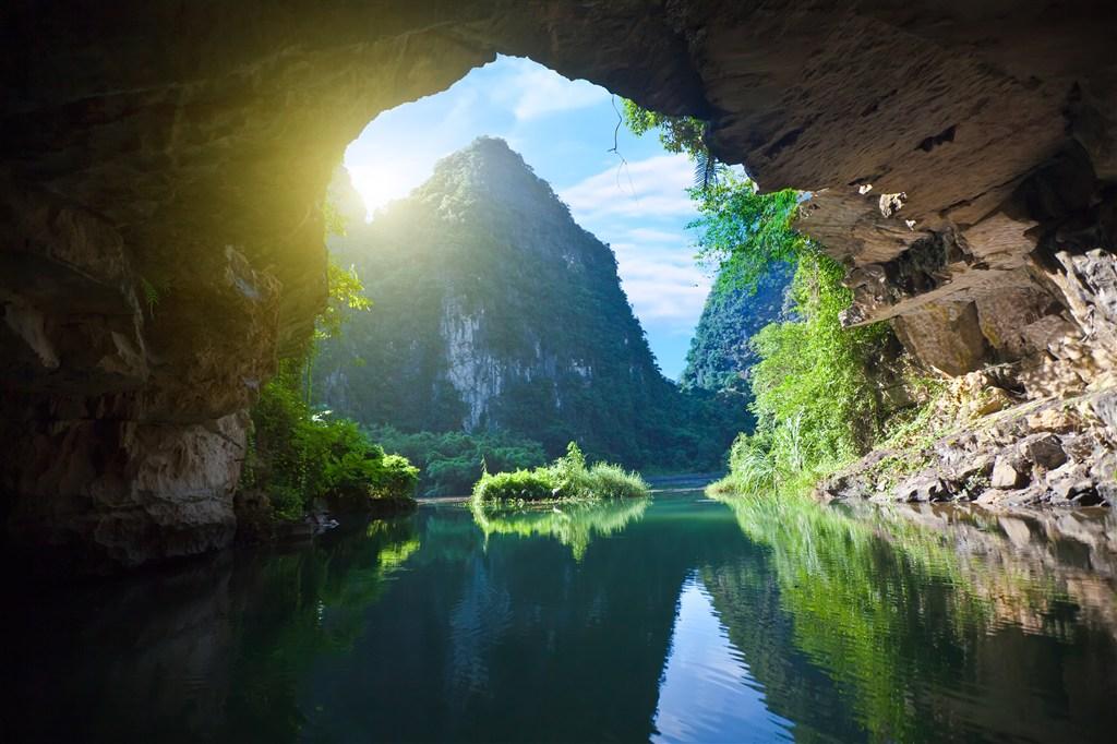 透过山洞的青山绿水美景图片(点击浏览下一张趣图)