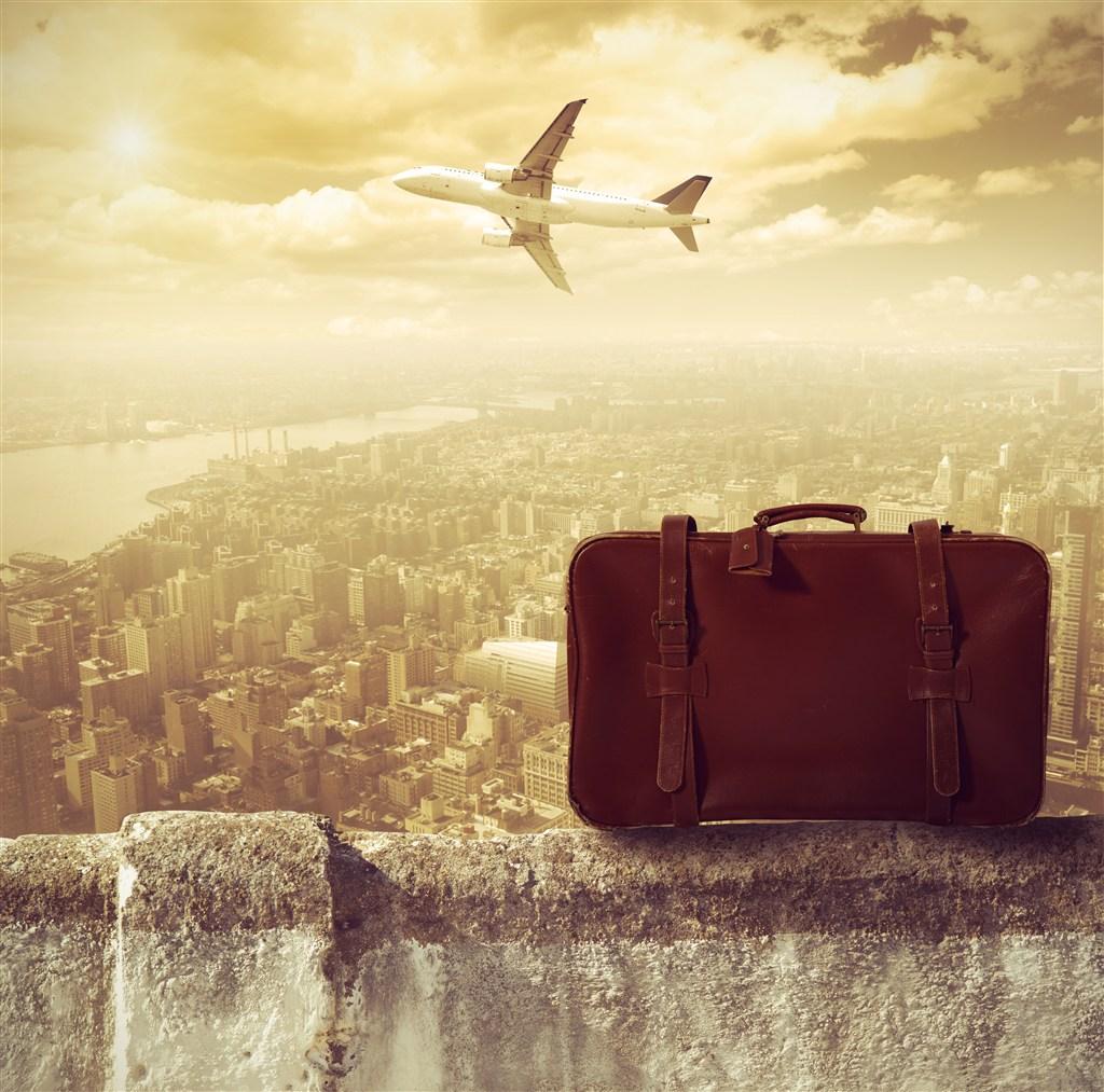 城市上空旅行包飞机意境图片(点击浏览下一张趣图)