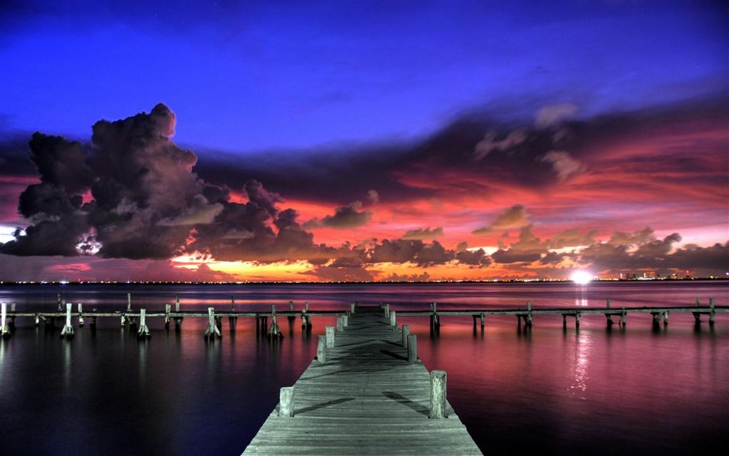 壮丽的晚霞海边木桥图片(点击浏览下一张趣图)