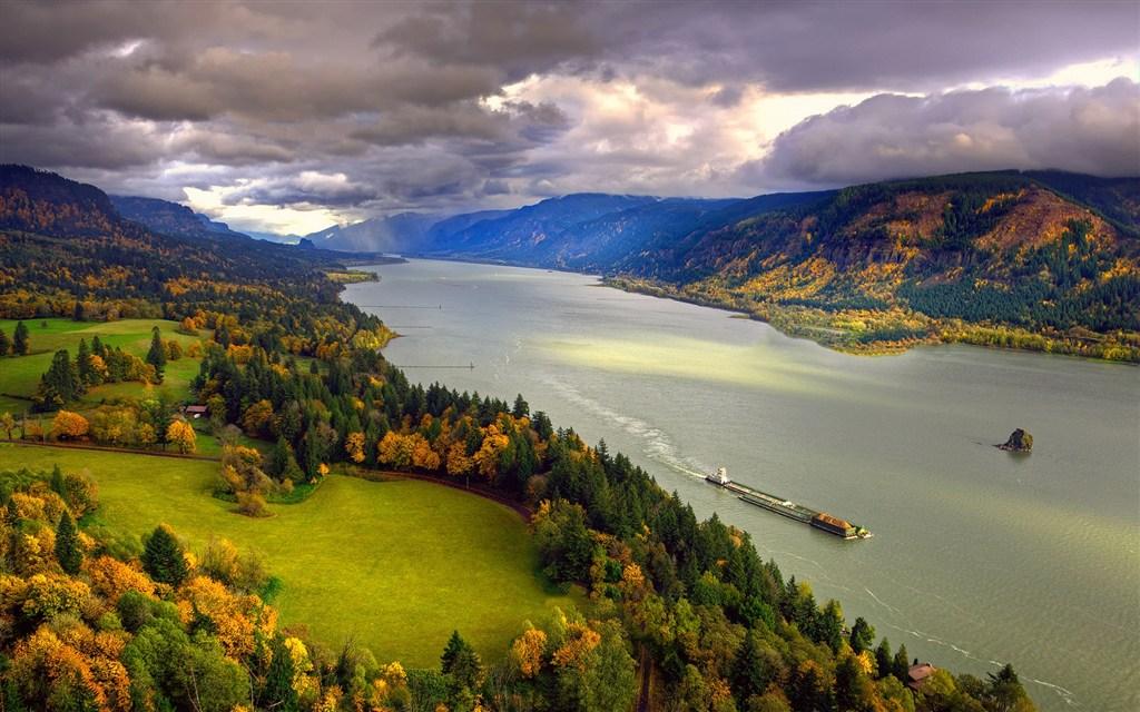 绿色的河岸宽阔的河流中的捞沙船(点击浏览下一张趣图)