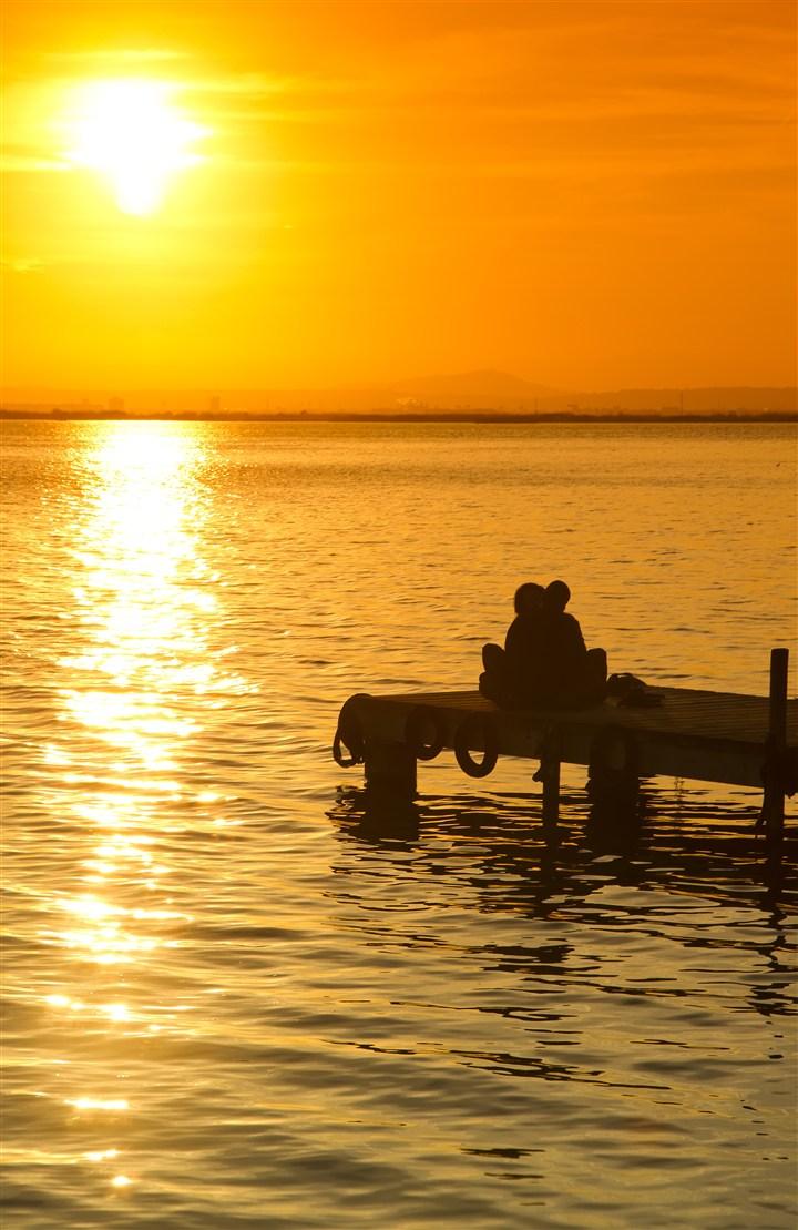 黄昏在湖边浪漫的情侣图片(点击浏览下一张趣图)