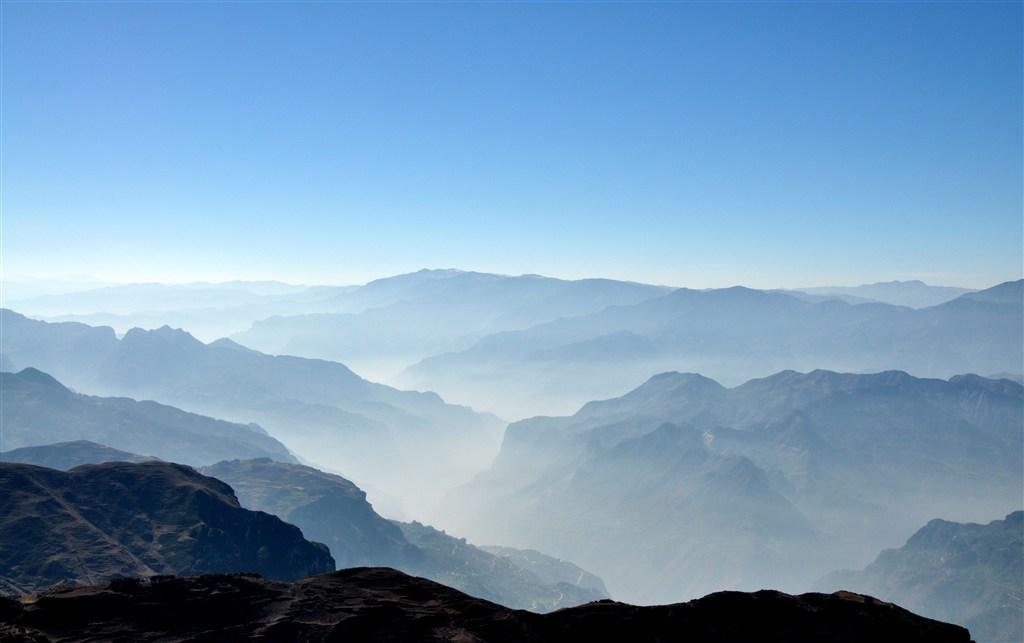 远望连绵起伏的大山壮观图片(点击浏览下一张趣图)