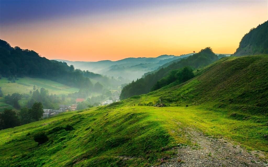 平缓的绿色山坡图片(点击浏览下一张趣图)